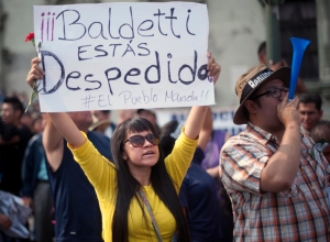 Demonstrators hold signs during a protest against Guatemalan President Otto Perez Molina and Vice President Roxana Baldetti for the recent corruption cases in the government, in Guatemala City on April 25, 2015.   AFP PHOTO / JOHAN ORDONEZ